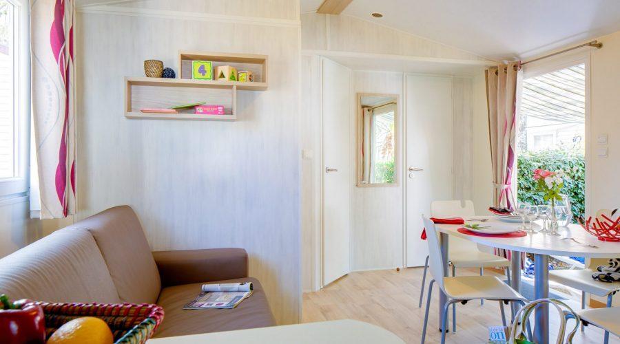 Vue du séjour Mh Conf + 2ch, mobil home à Vias, le domaine Sainte Veziane
