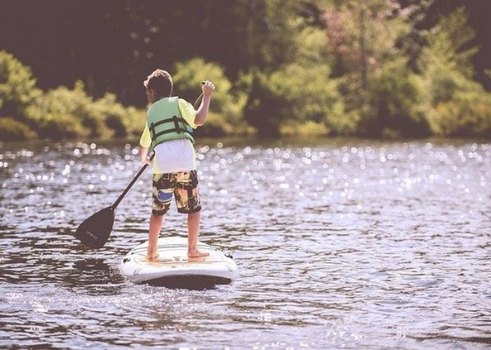 Enfant sur un paddle en camping proche de Vias :! domaine Sainte verziane